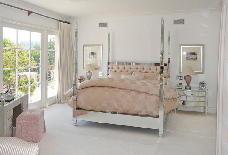 Lisa vanderpump has sold her beverly park mega mansion for Lisa vanderpump home decor for sale