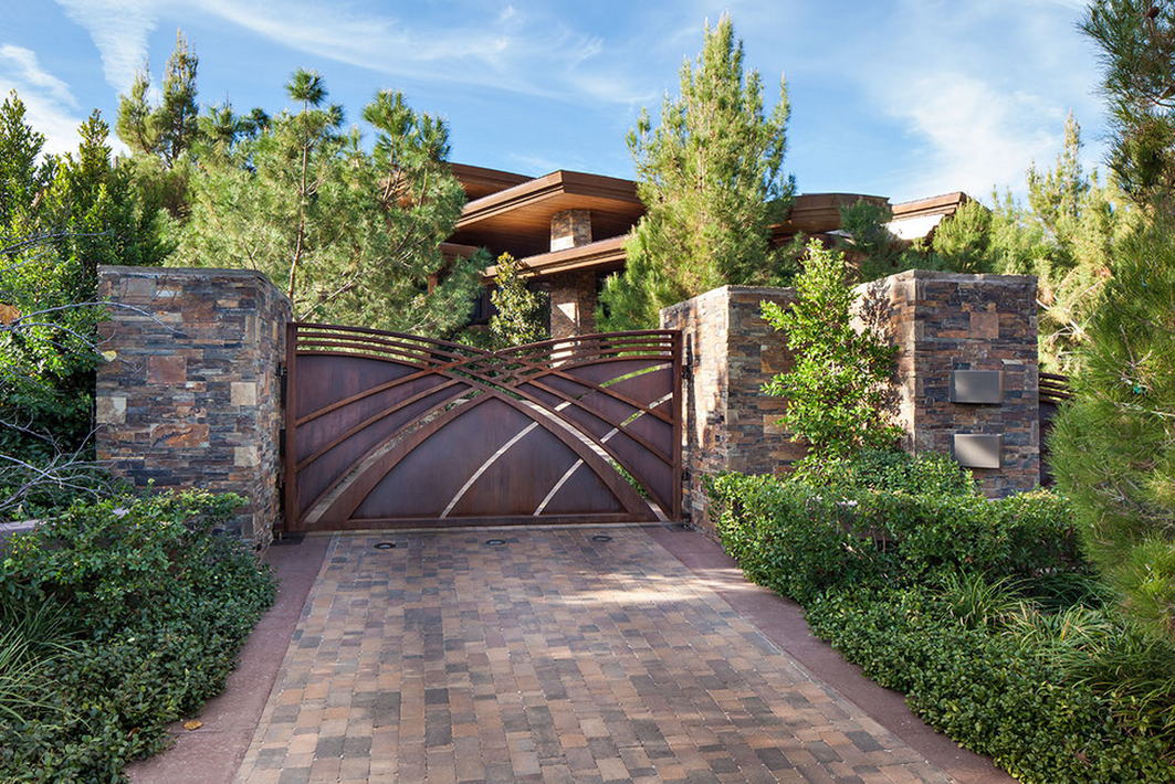 A Look At Some Gated Front Entrances Homes Of The Rich