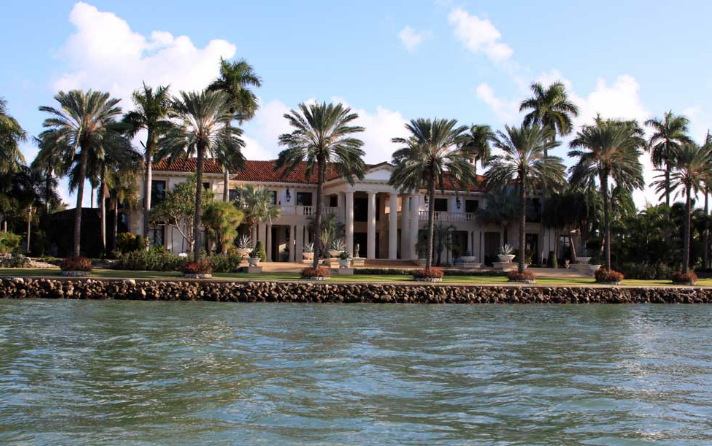 Exclusive neighborhoods homes of the rich for Star island miami houses