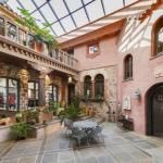 2-story Atrium Courtyard