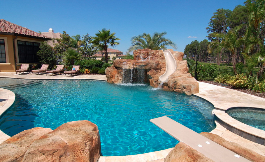 20 awesome swimming pools with water slides homes of the for Swimming pool slides