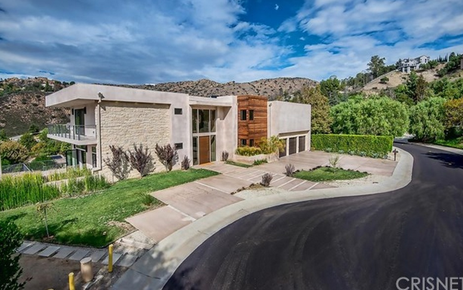 $3.595 Million Contemporary Home In Bell Canyon, CA