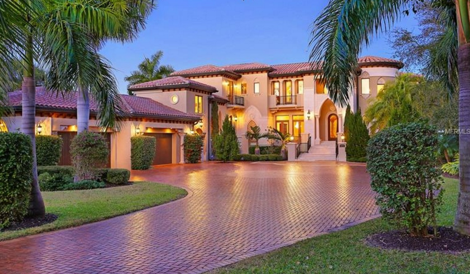 Villa de Como – An $8.2 Million Waterfront Mansion In Longboat Key, FL