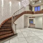 2-story Foyer w/ Stairase