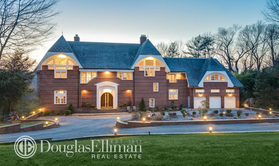 $2.9 Million Brick Home In Oyster Bay, NY