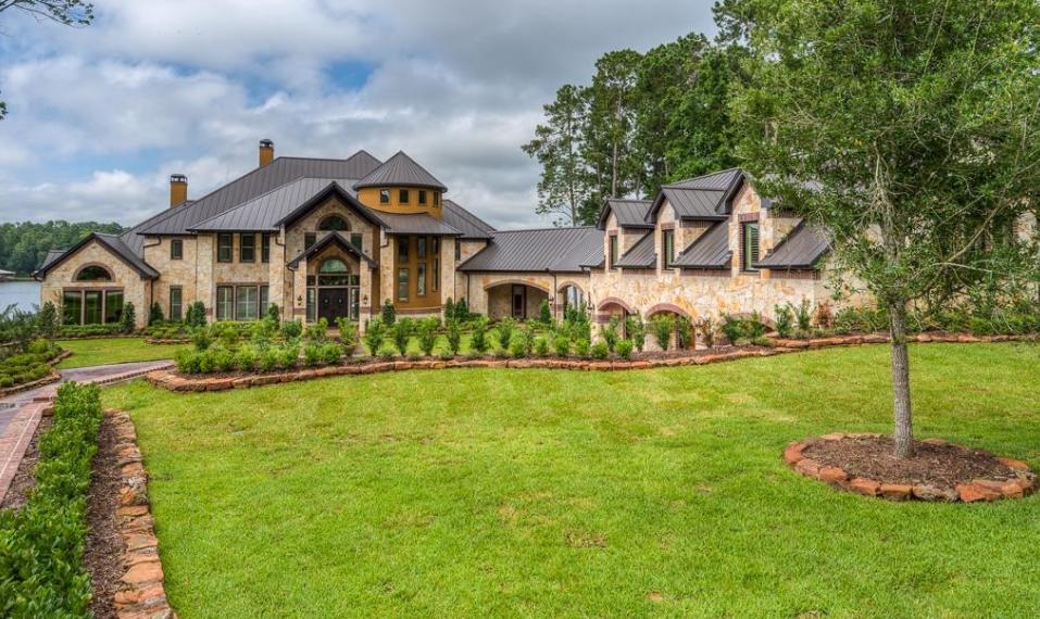 $2.995 Million Lakefront Mansion In Coldspring, TX