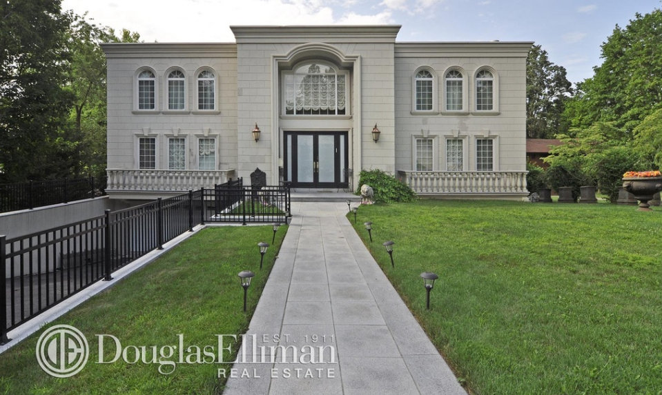 $5.8 Million Waterfront Mansion In Great Neck, NY