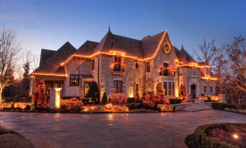 A Look At Homes Decorated With Christmas Lights