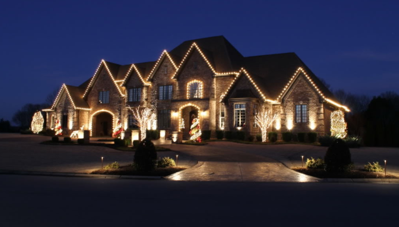 A Look At Homes Decorated With Christmas Lights | Homes of the Rich