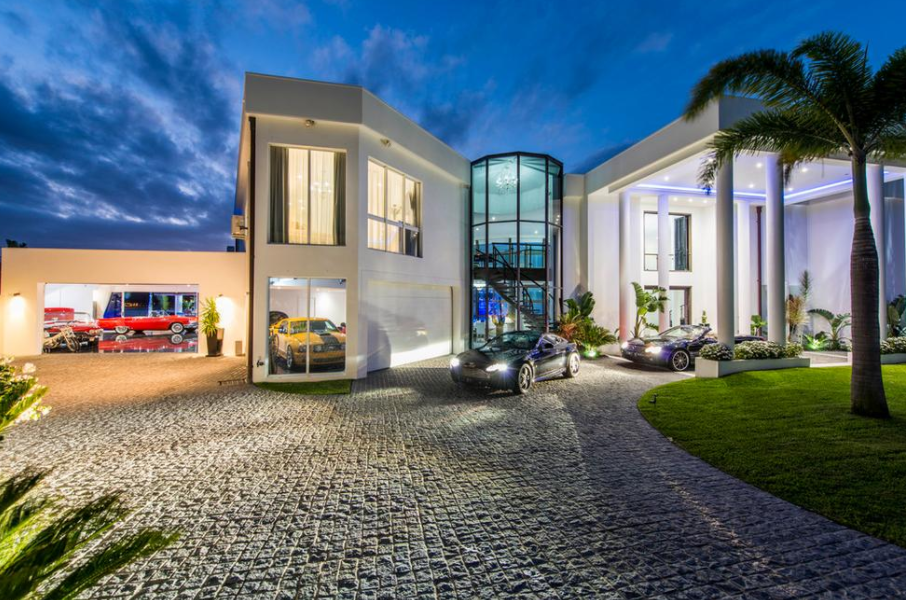 Villa Blue Waters – A Contemporary Waterfront Mansion In Queensland, AU