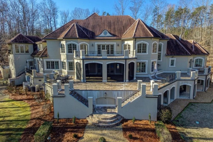 Lakefront Stucco Mansion In Greensboro Nc Homes Of The Rich